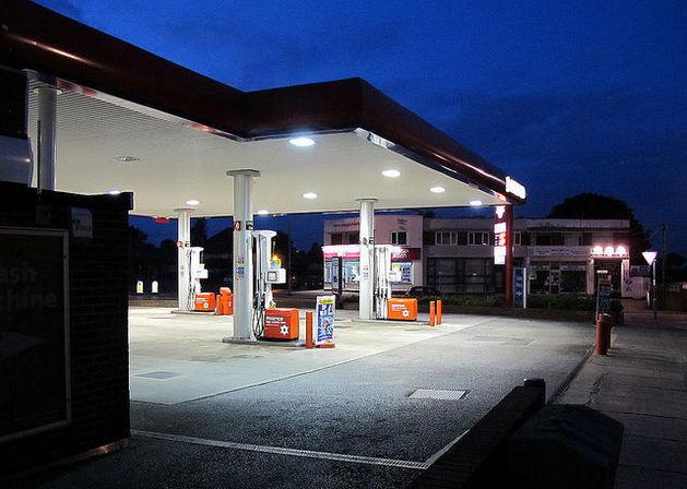 Цены на бензин в Челябинске назвали одними из самых низких в УрФО