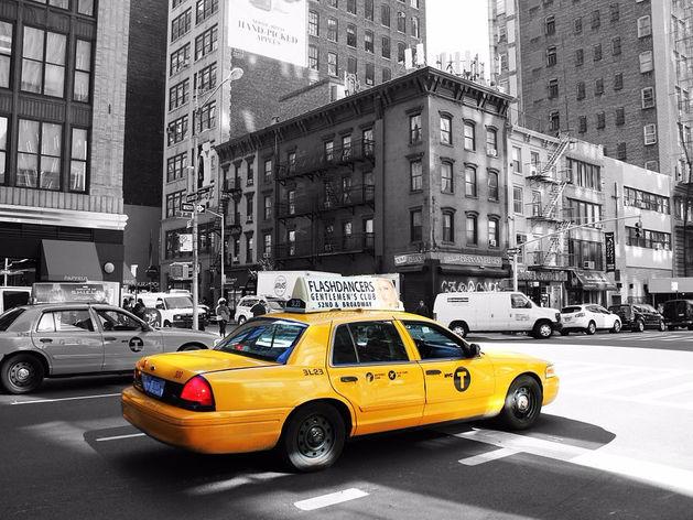 В Челябинске такси продает два «красивых» номера телефона за 1,6 млн руб.