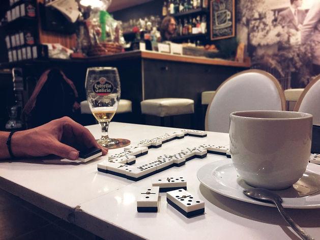 В Челябинске открывается бар с фотографиями на потолке