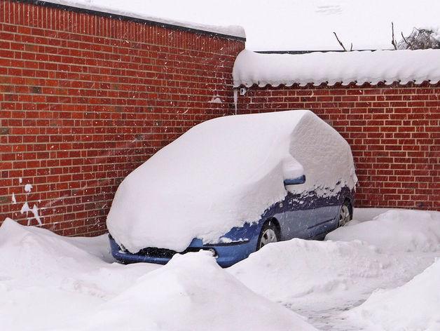 100 машин. В Челябинске продолжают бороться со снежными заносами