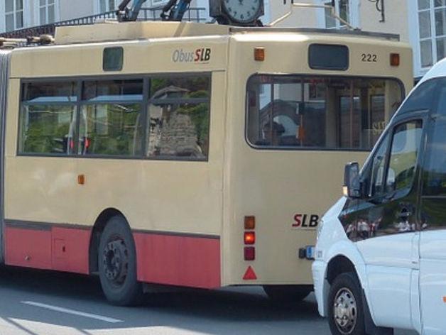 """В Челябинске """"ГАЗель"""" протаранила троллейбус, выпавший из нее груз парализовал движение"""