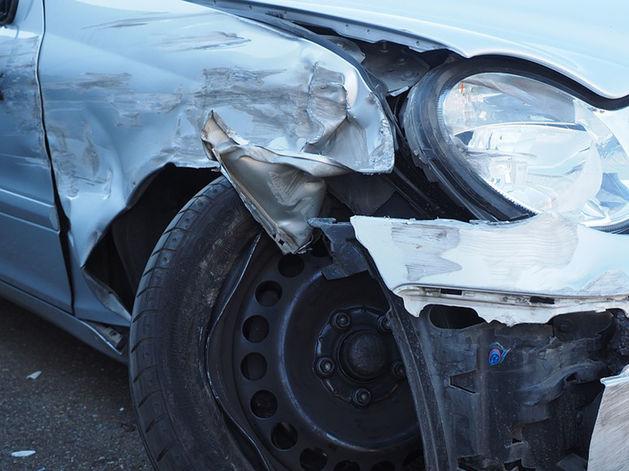В Челябинске после аварии иномарку вынесло на тротуар