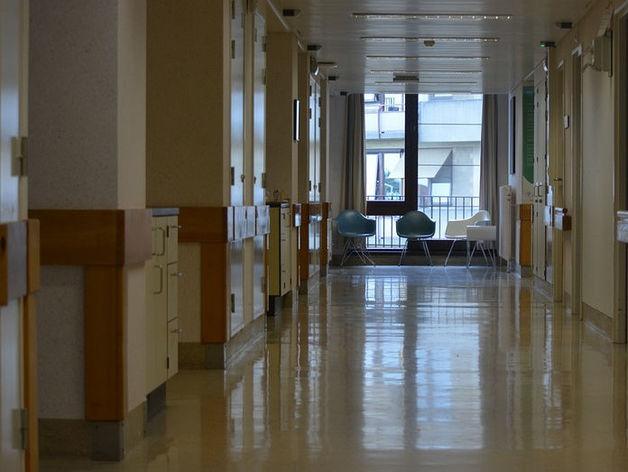 В Челябинске под окнами одной из больниц найдено тело пожилой пациентки