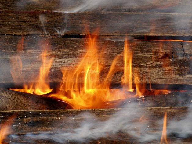 В Челябинской области природный пожар перекинулся на жилой дом