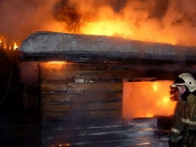 В Челябинской области семья с тремя детьми осталась без дома, который сгорел