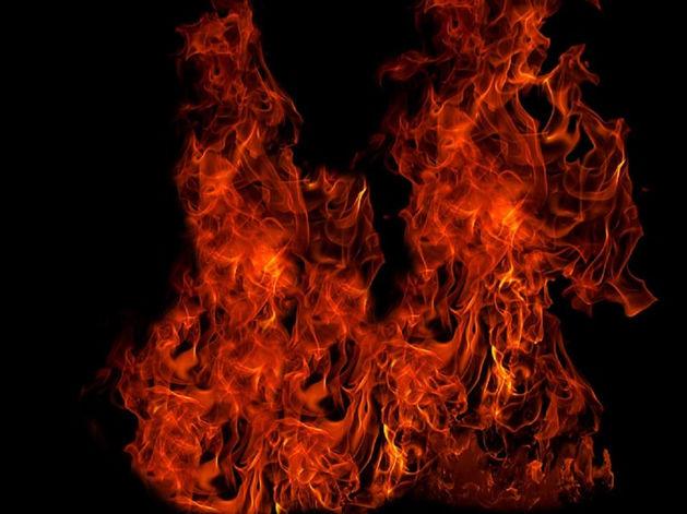 В Челябинске на стоянке сгорел маршрутный микроавтобус