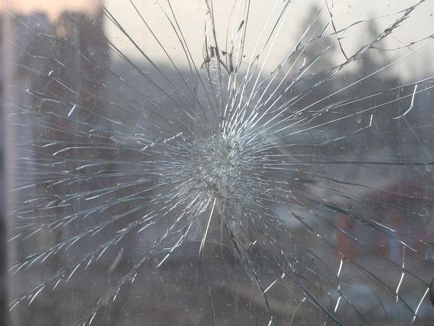 В Магнитогорске с 14 этажа сбросили ненужные стекла