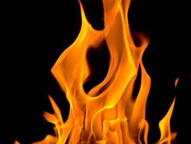 В Челябинске из-за поджога сгорели торговый киоск и две иномарки