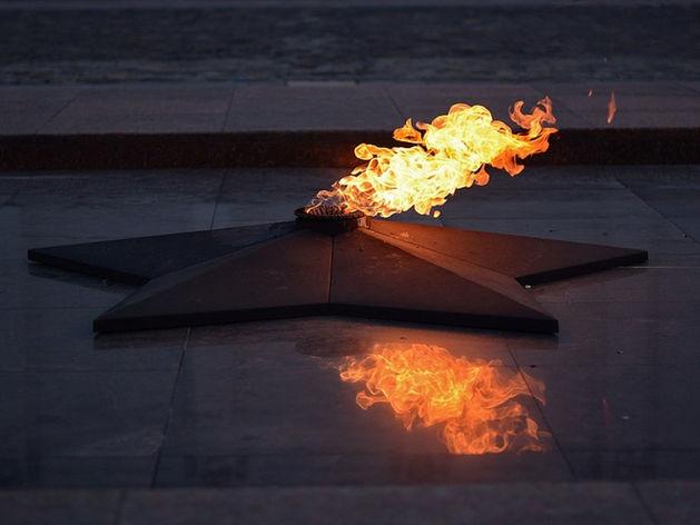 В Еманжелинске у Вечного огня подростки обнаружили тело женщины