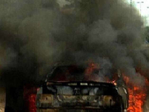 В Челябинске загорелась припаркованная во дворе иномарка