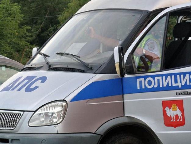 В Челябинске маршрутка столкнулась с легковушкой и врезалась в дерево