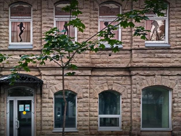 «Женские силуэты в окнах». В Челябинске из-за работы известного спа-салона возбудили дело