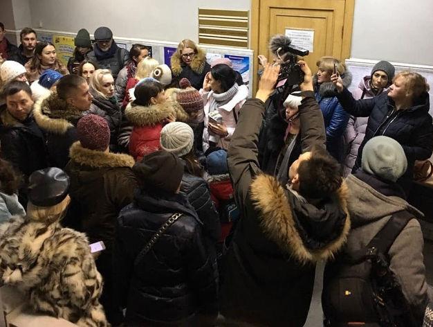 «Мы здесь власть»: челябинцы ворвались в мэрию с жалобами на выбросы