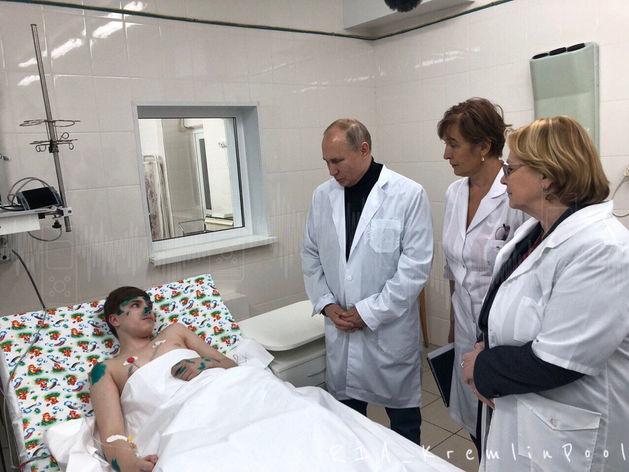 «Подарок не взял»: в Магнитогорске Путин побывал на месте трагедии и навестил пострадавших