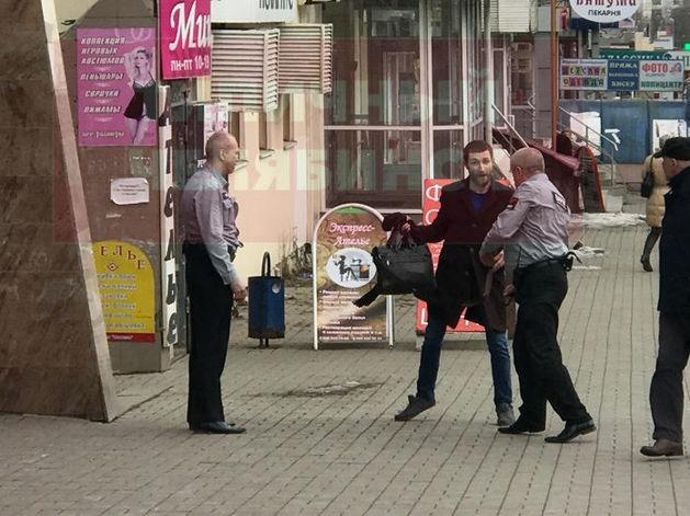 «Сильно хлопнул»: дебошир оплатил разбитую дверь в челябинском отделении Сбербанка