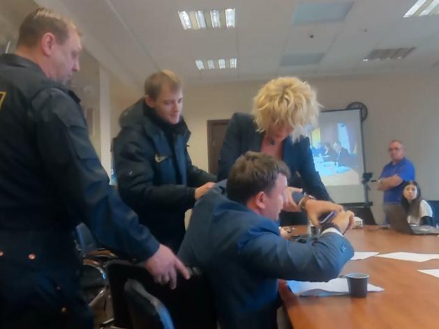 На выборах мэра Челябинска драка, грабеж, скандалы с полицией и ЧОПом. ВИДЕО