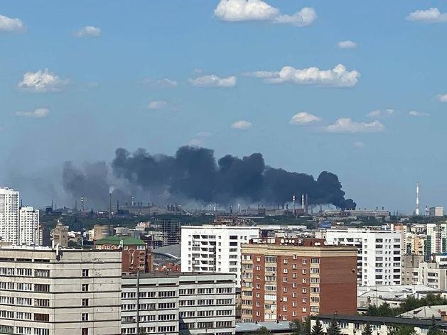 В Челябинске горит цех c нефтепродуктами и древесиной