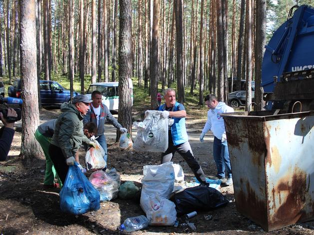 Добровольцы очистили берез озера Тургояк от нескольких тонн мусора