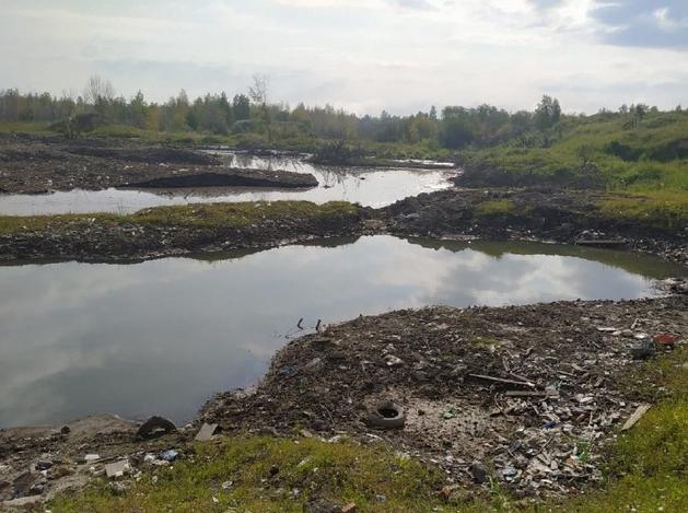 «Попустительство»: в Челябинске обнаружили снегосвалку, которая утекает в Первое озеро