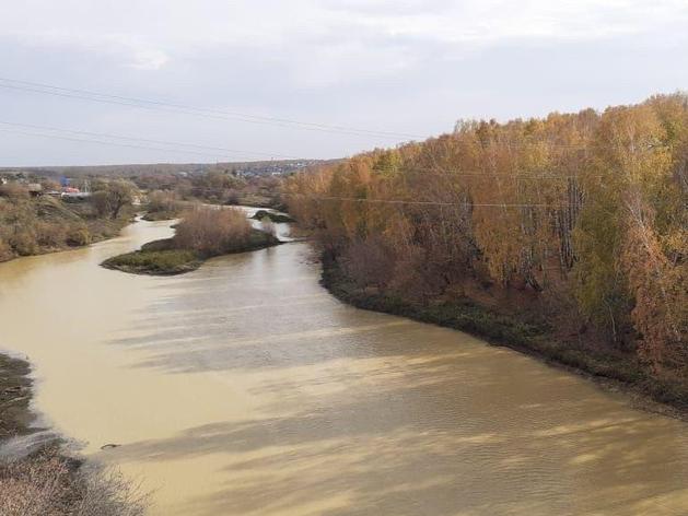 Под Челябинском нашли источник загрязнения реки Миасс, из-за которого вода стала желтой