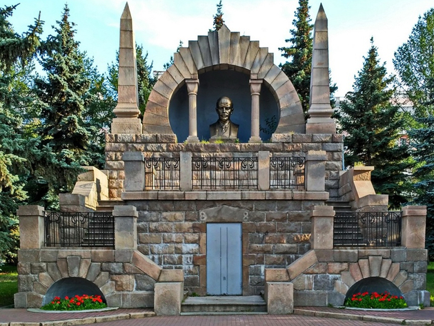 «Ниже пояса Ильича»: челябинский урбанист предлагает открыть кафе в монументе Ленина