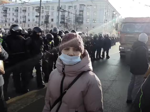 Оперативники провели обыск у участницы митинга в поддержку Навального