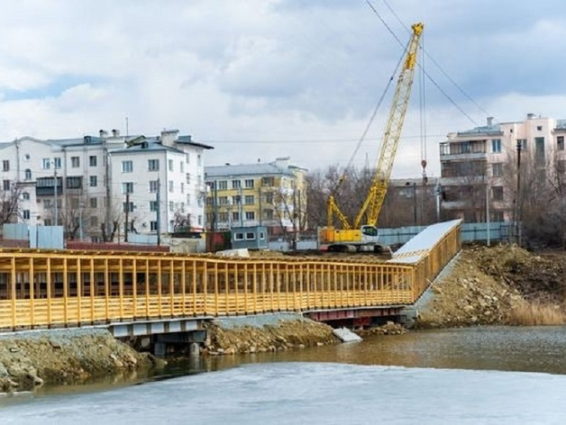 В Челябинске завершается строительство пешеходного моста через реку Миасс