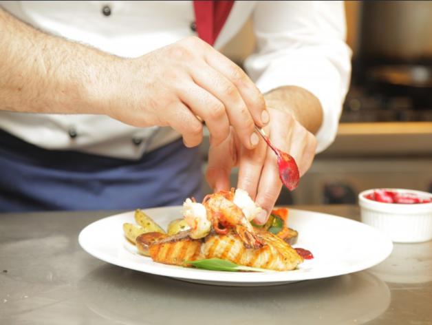 Ресторанам приходится конкурировать с магазинами-доставки в борьбе за персонал