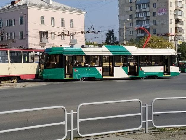 В Челябинске новый трамвай попал в ДТП на неисправных рельсах